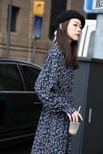 新式自制蓝色雪纺中长式v领长ha11大码配ry花连衣裙女秋冬