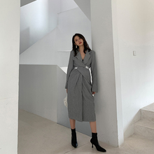 飒纳2ho20春装新ui灰色气质设计感v领收腰中长式显瘦连衣裙女