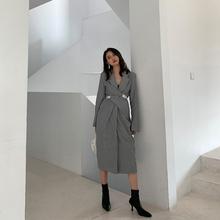 飒纳2je20春装新si灰色气质设计感v领收腰中长式显瘦连衣裙女