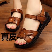 妈妈凉ju女鞋夏平底ty滑软底舒适中老年奶奶老的2021新式真皮