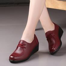 秋季新le妈妈鞋软底li年坡跟女鞋舒适防滑中跟休闲鞋深口皮鞋