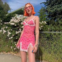 欧美2me20夏季ige式吊带露背下摆开叉草莓印花蕾丝花边连衣短裙
