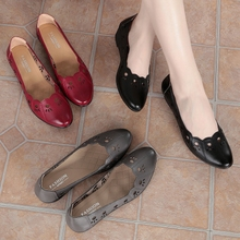 妈妈凉mi女夏平底坡so软底中跟防滑洞洞鞋镂空中老年的女凉鞋
