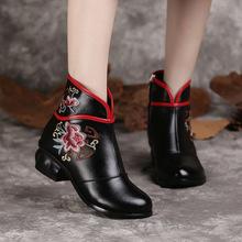 202ox新式真皮女cx族风刺绣短靴妈妈鞋女中跟软底复古女靴子