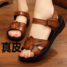 妈妈凉pu女鞋夏平底ma滑软底舒适中老年奶奶老的2020新式真皮