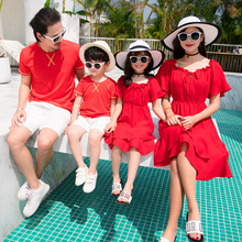 亲子装pv装春装新式te洋气一家三口四口装沙滩母女连衣裙红色