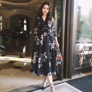 菁菁明星同款韩版V领黑色印花中长款风衣收腰系带大摆连衣裙女装