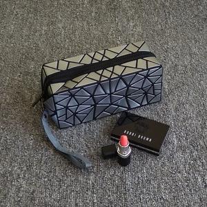 化妆包小号便携时尚简约专柜赠品明星同款化妆袋韩国不规则几何包