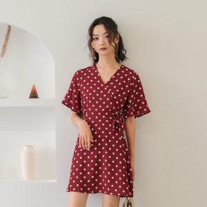 ONE MORE LE2019夏季v领收腰红色白点大波点<span class=H>连衣裙</span>女短款雪纺圆点