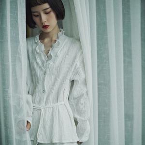 秋季新款原创设计法式复古vintage风褶皱白色女衬衣艺术v领纯棉