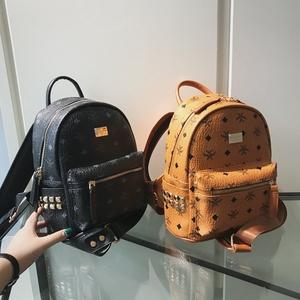 2018新款时尚韩版双肩包<span class=H>女包</span>铆钉背包情侣款绣线学生书包旅行背包