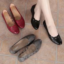 妈妈凉to女夏平底坡mu软底中跟防滑洞洞鞋镂空中老年的女凉鞋
