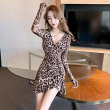 2020新款气质女的un7收腰显瘦qu连衣裙性感低胸豹纹包臀短裙