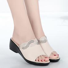 夏天女wf凉拖鞋女真wg低跟坡跟时尚妈妈皮凉拖中老年大码凉鞋